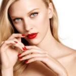 jeune femme avec rouge à lèvre rouge et venis à ongle rouge